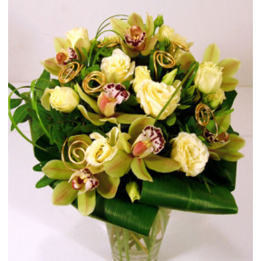 Green and gold - a gift bouquet of orchids and liziantusszal