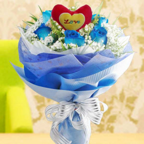 6 Blue Roses With Heart-Shape Tag At Center Handbouquet