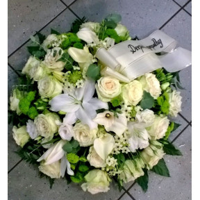 Round-shaped arrangement of white and green flowers: Lilys, Callas, Roses etc