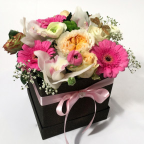 Stylish giftbox with pink and creamy flowers