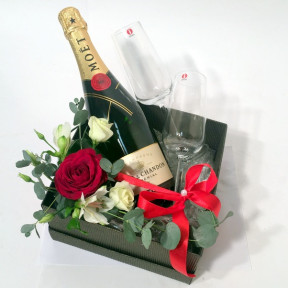 Giftbox: Moët and  Chandon Shampagne, Iital shampagne glasses, decorated
