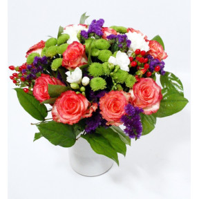 Bouquet and pink roses, green chrysantemum and fresias (Premium)