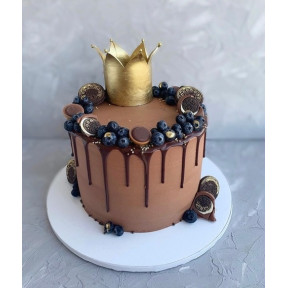 Fresh Berries With Golden Crown Choclate Cake