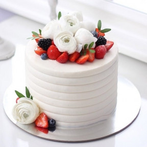 White Rose And Berry Cake (1 KG)