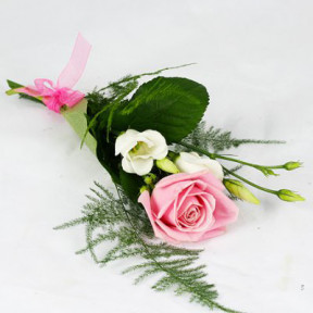 Hand Bouquet with a pink rose and a white prärieklocka